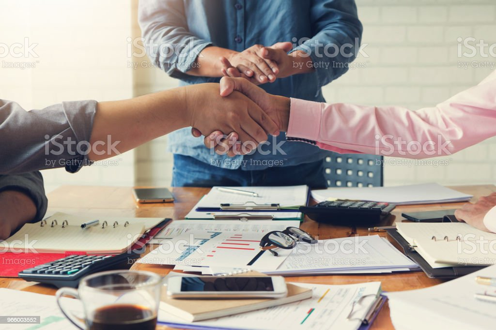 Business and finance concept of office working, Businessmans shaking hands in meeting room after meeting. - Royalty-free Acessório Financeiro Foto de stock