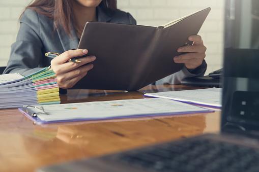 Business En Financiën Concept Van Office Werkt Zakenvrouw Holding Laptop Stockfoto en meer beelden van Accountancy