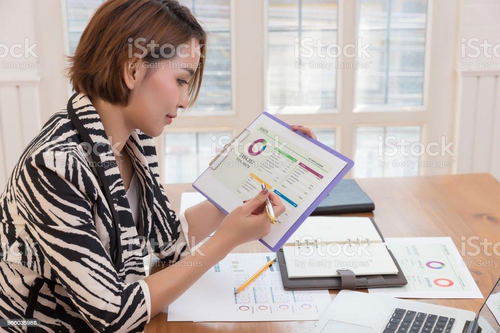 Wirtschaft und Finanzen Konzept des Büros arbeiten, Geschäftsfrau diskutieren Verkauf Analyse Chart - Lizenzfrei Akademisches Lernen Stock-Foto