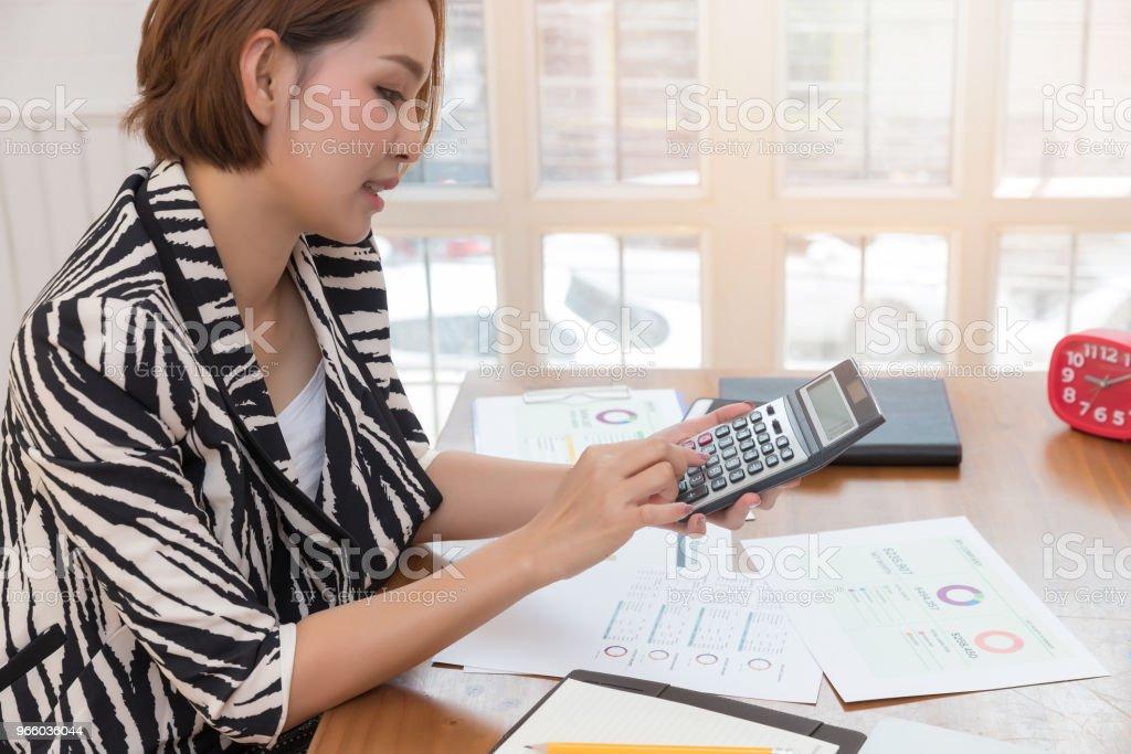 Business en Financiën concept van office werkt, zakenvrouw bespreken verkoop analyse grafiek - Royalty-free Accountancy Stockfoto