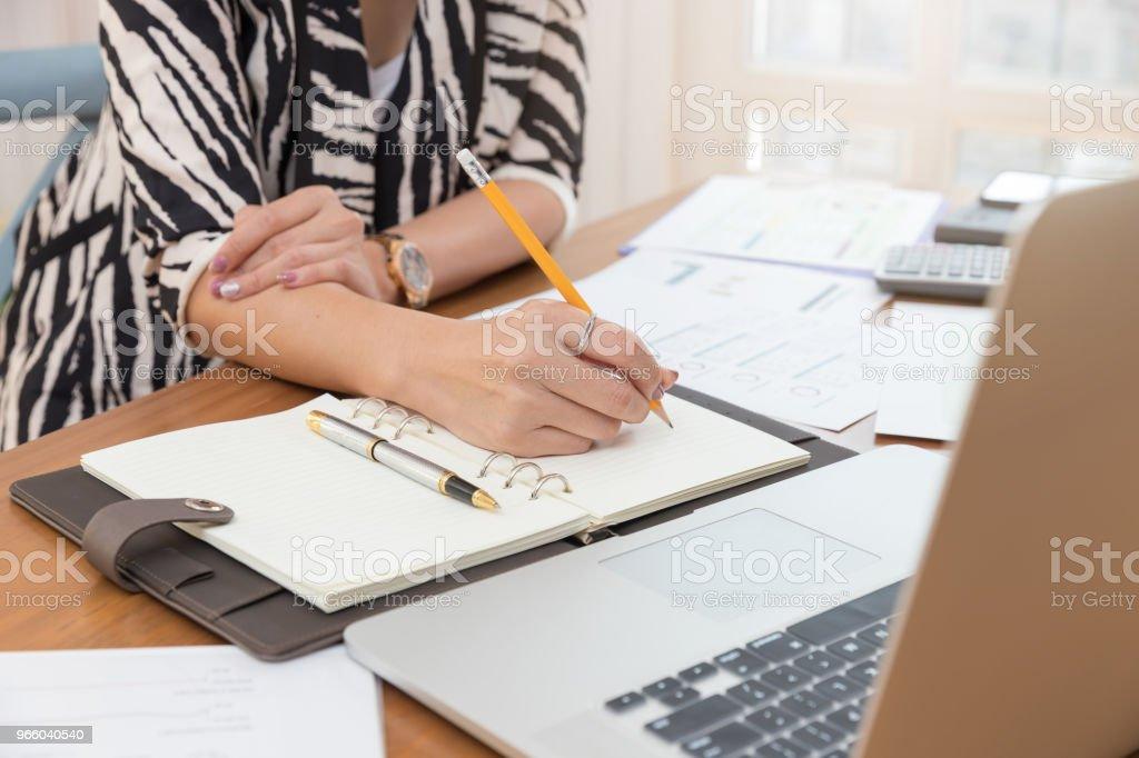 Бизнес и финансы концепции офисной работы, Businesswoman обсуждали анализ продаж Диаграмма - Стоковые фото Азиатского и индийского происхождения роялти-фри