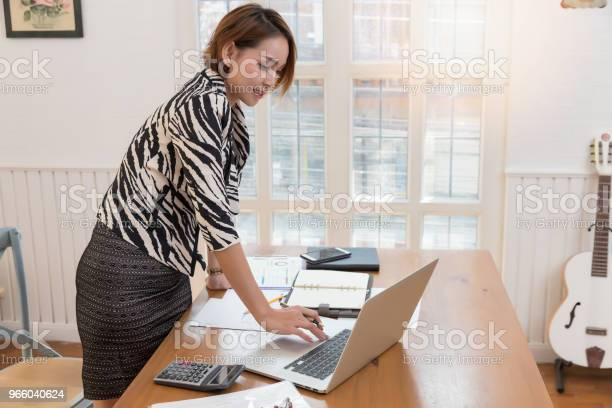 Business En Financiën Concept Van Office Werkt Zakenvrouw Bespreken Verkoop Analyse Grafiek Stockfoto en meer beelden van Accountancy