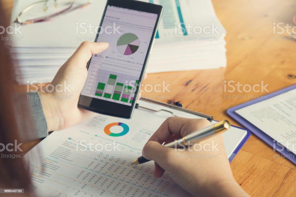 Wirtschaft und Finanzen Konzept des Büros arbeiten, geschäftsfrau mit Smartphone zu diskutieren Verkauf Analyse Chart - Lizenzfrei Akademisches Lernen Stock-Foto