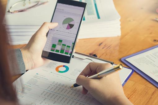Företag Och Finans Begreppet Office Arbetar Affärskvinna Med Hjälp Av Smartphone Att Diskutera Försäljning Analys Diagram-foton och fler bilder på Affärsman