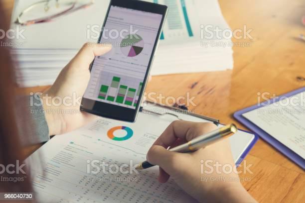 Wirtschaft Und Finanzen Konzept Des Büros Arbeiten Geschäftsfrau Mit Smartphone Zu Diskutieren Verkauf Analyse Chart Stockfoto und mehr Bilder von Akademisches Lernen