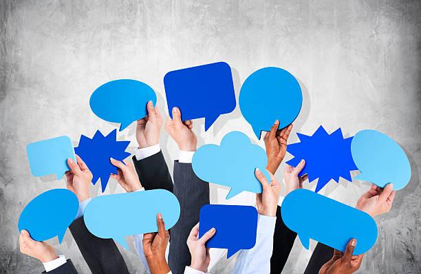 Bras d'affaires avec bulle de dialogue de mur en béton - Photo