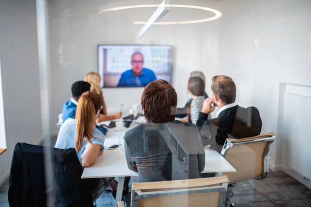 Geschäftspartner, die an einer Videokonferenz teilnehmen – Foto