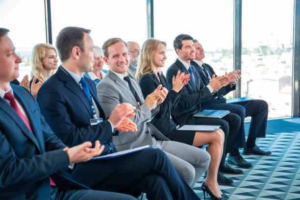 Geschäftsleute applaudieren beim Training – Foto