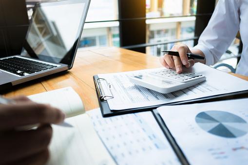 業務審計使用計算機財務資料投資基金在工作場所 財富概念 照片檔及更多 人 照片