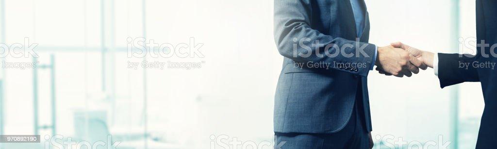 Betriebswirtschaftlicher Hintergrund - Geschäftsleute Handshake mit textfreiraum – Foto