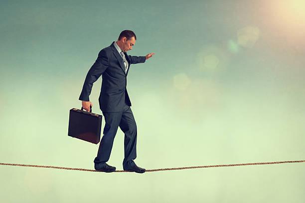 equilibrio de negocios - alambre fotografías e imágenes de stock