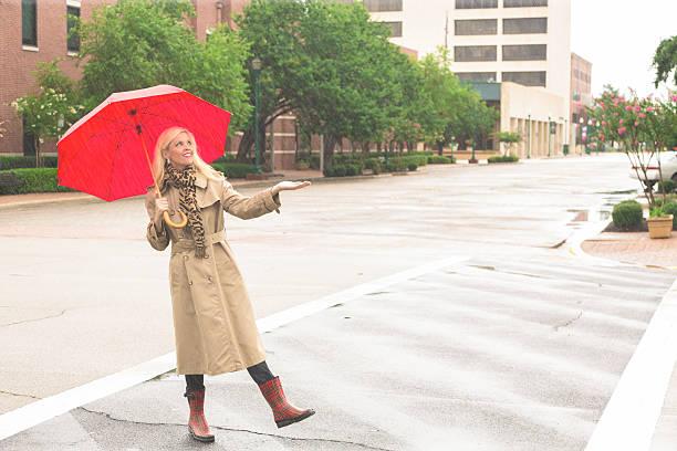 business: schöne geschäftsfrau überqueren der straße in regnerischen wetter. - damenschuhe 44 stock-fotos und bilder