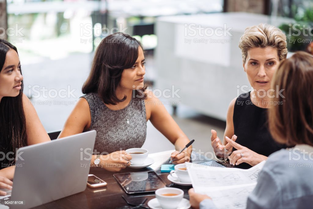 Business-Brunch mit Kollegen in modernen Konzept bar – Foto