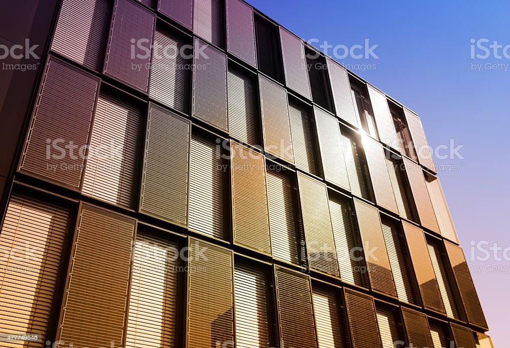 Business-Gebäude mit Sonnenkollektoren auf der Fassade – Foto
