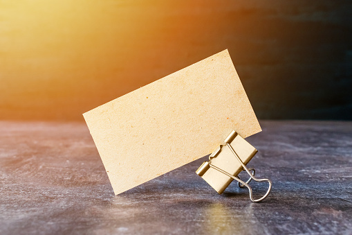Visitenkarte Von Craft Recyclingpapier Mit Metall Bindemittel Clip Auf Tisch Kartonvisitenkarte Auf Dunklem Hintergrund Stockfoto Und Mehr Bilder Von