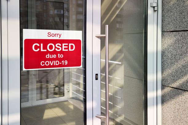 business center gesloten als gevolg van covid-19, teken met sorry in deurraam. winkels, restaurants, kantoren, andere openbare plaatsen tijdelijk gesloten - dicht stockfoto's en -beelden