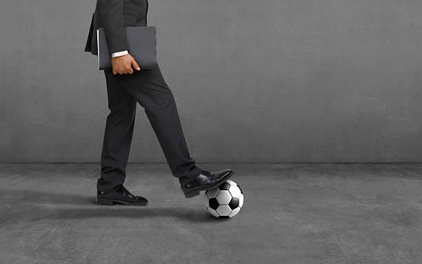Business Herausforderung, Geschäftsmann mit Fußball ball: Wettbewerb, handeln, motivation, Wachsamkeit – Foto