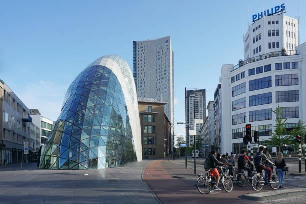 zakencentrum van eindhoven. moderne gebouwen en faciliteiten. - eindhoven city stockfoto's en -beelden