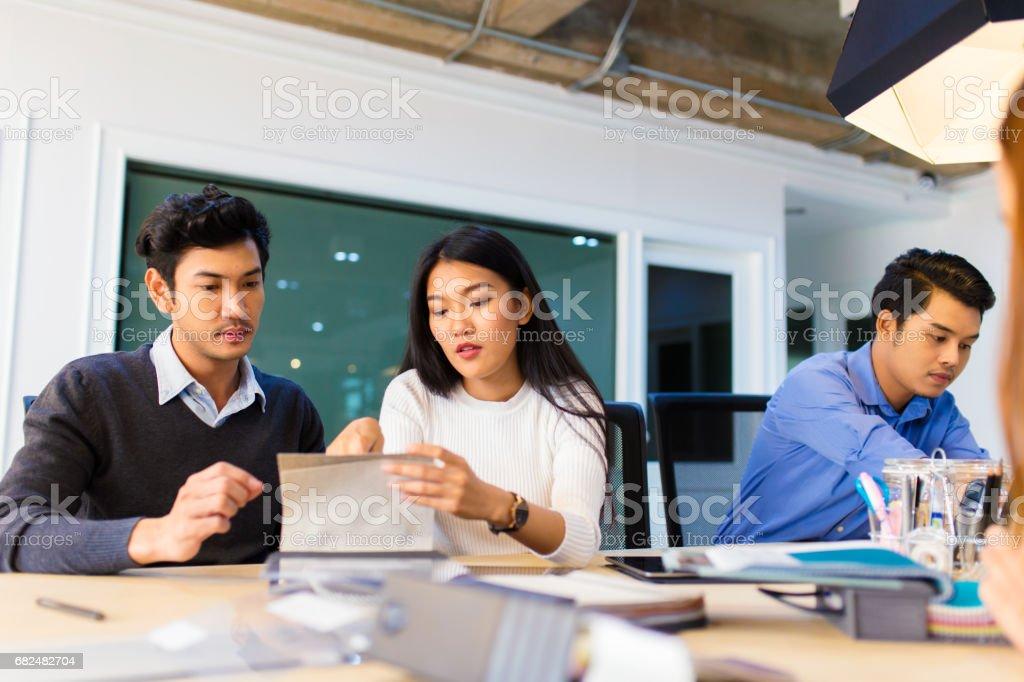 Colegas de negocios discutiendo acerca de un proyecto foto de stock libre de derechos
