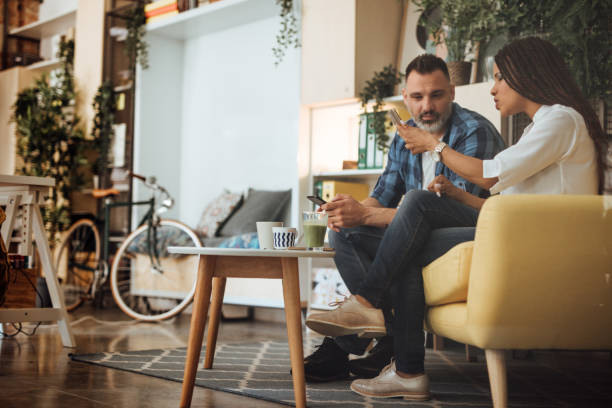 Geschäftskollegen diskutieren Projekt und schauen auf samonen – Foto