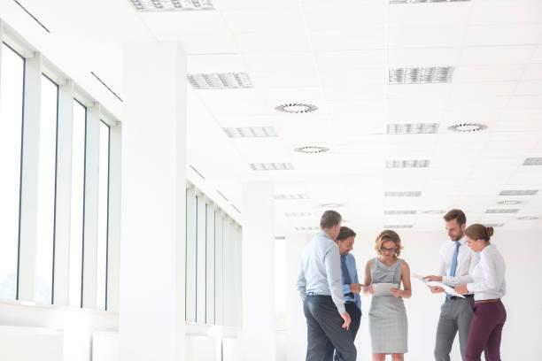 Geschäftskollegen diskutieren während der Kandidatur in neuem Büro – Foto