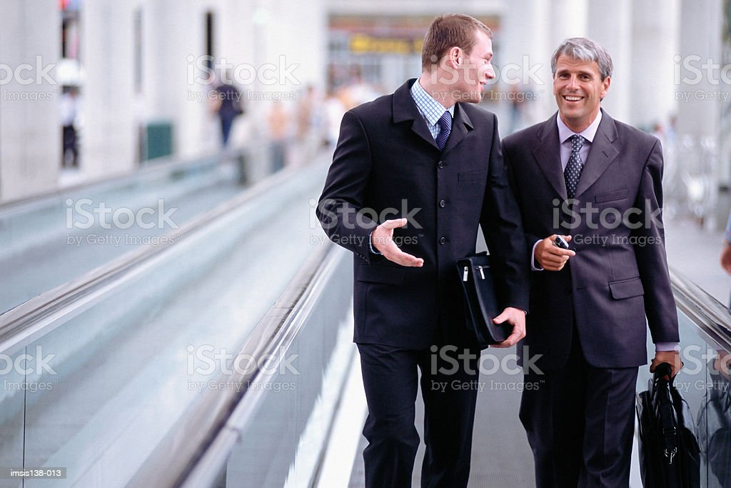 Business-Kollegen am travelator Lizenzfreies stock-foto