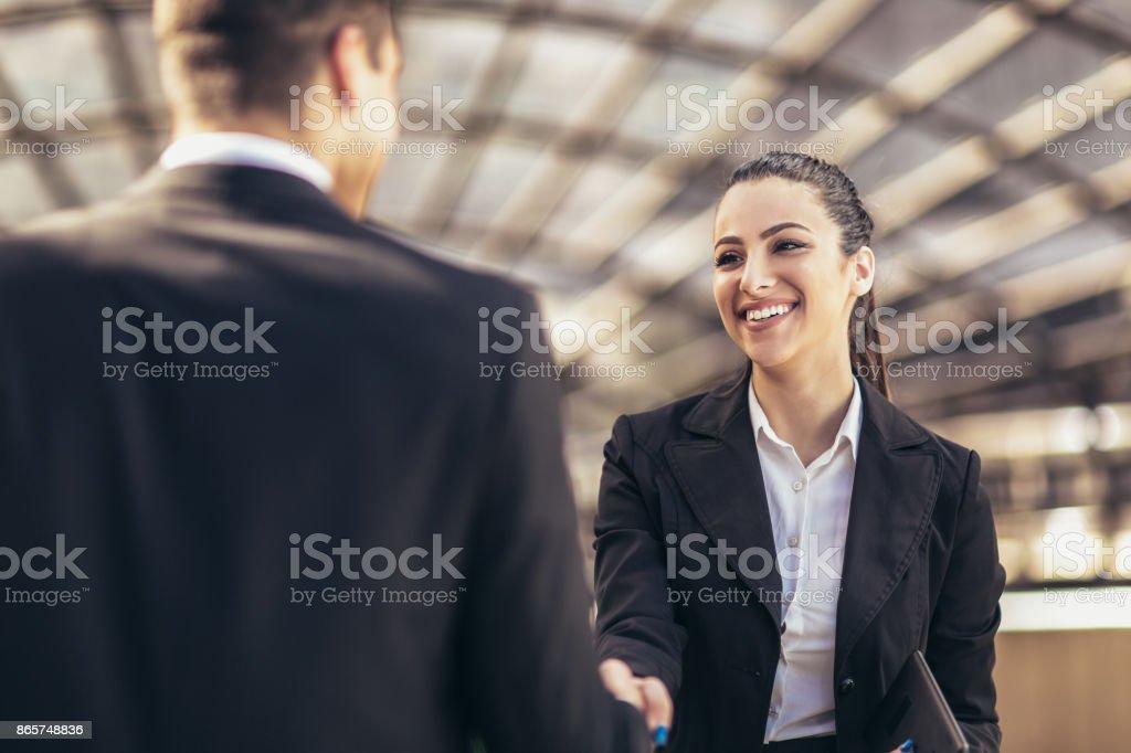 Colegas de negocios estrechándose las manos - foto de stock