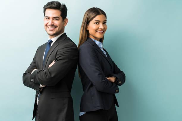 koledzy biznesowi stojący z skrzyżowanymi ramionami w studio - dwie osoby zdjęcia i obrazy z banku zdjęć