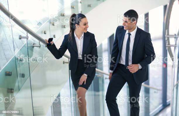 階段で話すビジネス仲間 - 2人のロイヤリティフリーストックフォト