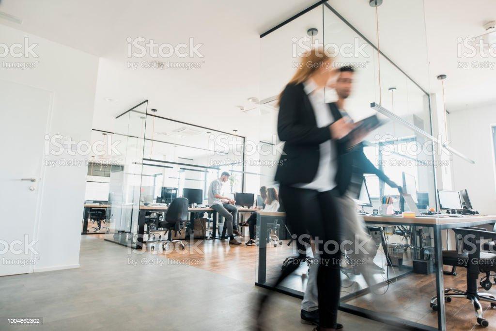 Geschäftskollegen gehen und sprechen – Foto