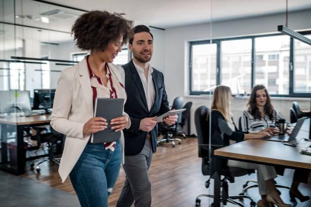 Geschäftskollegen zu Fuß im Büro – Foto