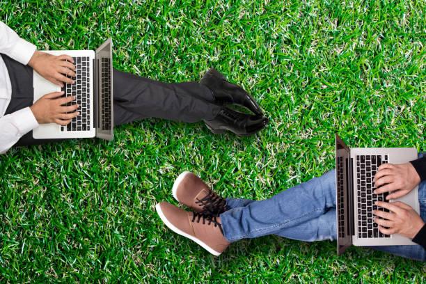 business-kollegen arbeiten am laptop - garden types stock-fotos und bilder