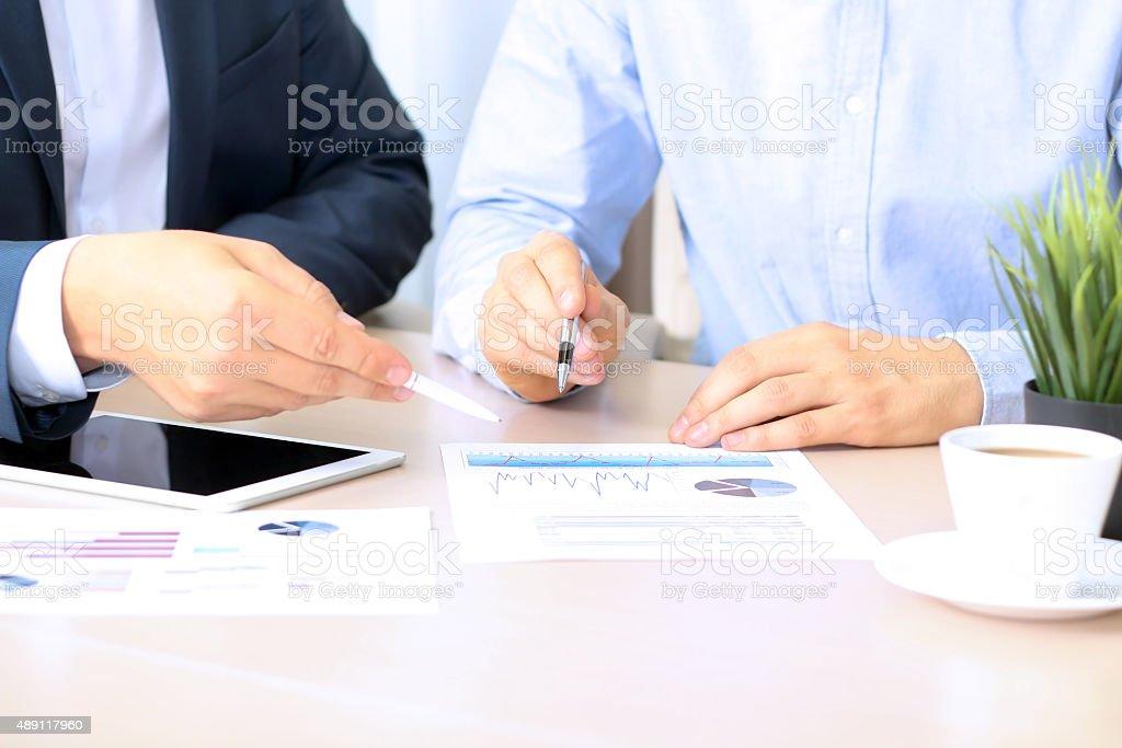 Geschäftskollegen zusammen arbeiten und analysieren finanzielle zahlen – Foto