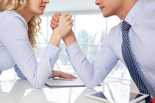 business-wettbewerb - armdrücken stock-fotos und bilder