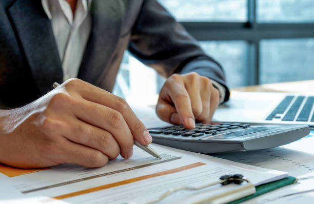 Concepto de negocio: los empresarios están analizando los datos en la oficina. - foto de stock