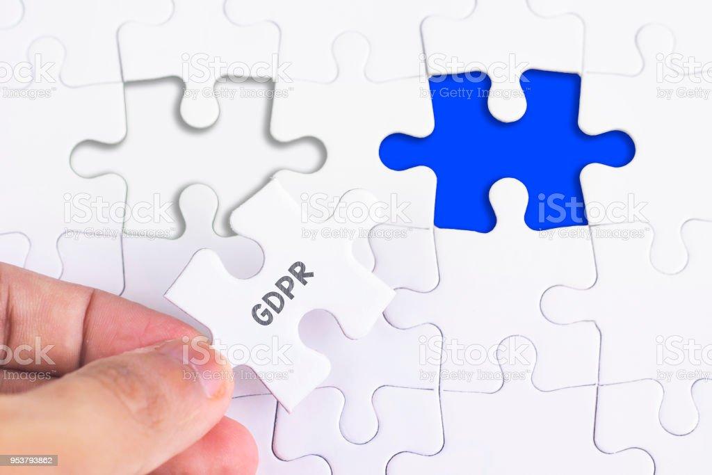 Business-Konzept - weibliche Hand und fehlende puzzle mit DSGVO Wort. – Foto