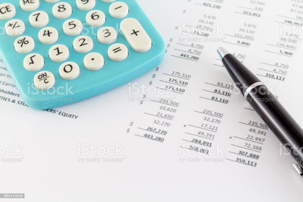 Conceito de negócio: Gráfico com a calculadora financeiro - foto de acervo