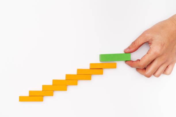 business-konzept für erfolg wachstumsprozess, hand stapeln holz-block als schritt treppe - mondlandefähre stock-fotos und bilder