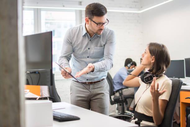 Geschäftskonflikt. Geschäftsleute streiten über Dokument im Büro – Foto