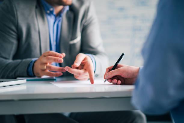 business consultant en klant op een vergadering in het kantoor, ondertekening contract. - notaris stockfoto's en -beelden