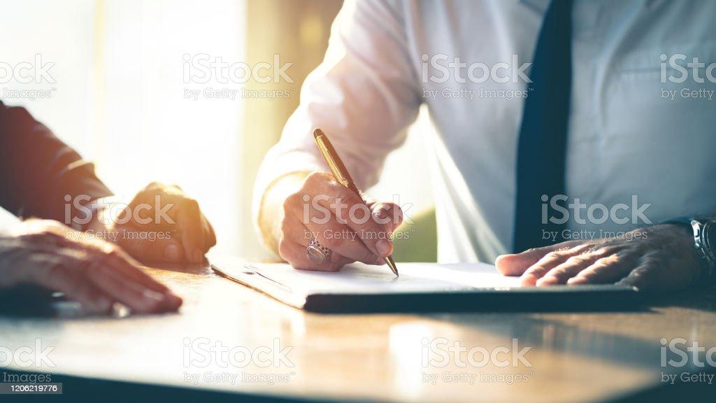 Contract ondertekening van het bedrijf. - Royalty-free Advocaat - Juridisch beroep Stockfoto