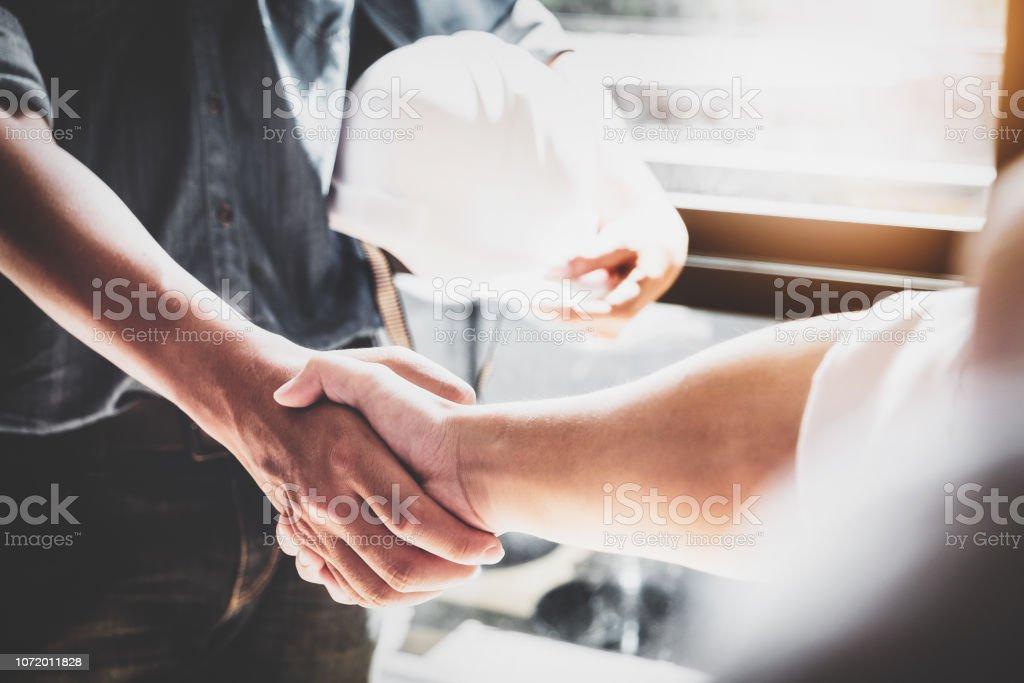 Geschäftliche Zusammenarbeit, Konstruktion, Design-Vereinbarung-Konzept. Handshake zwischen Designer Ingenieure – Foto