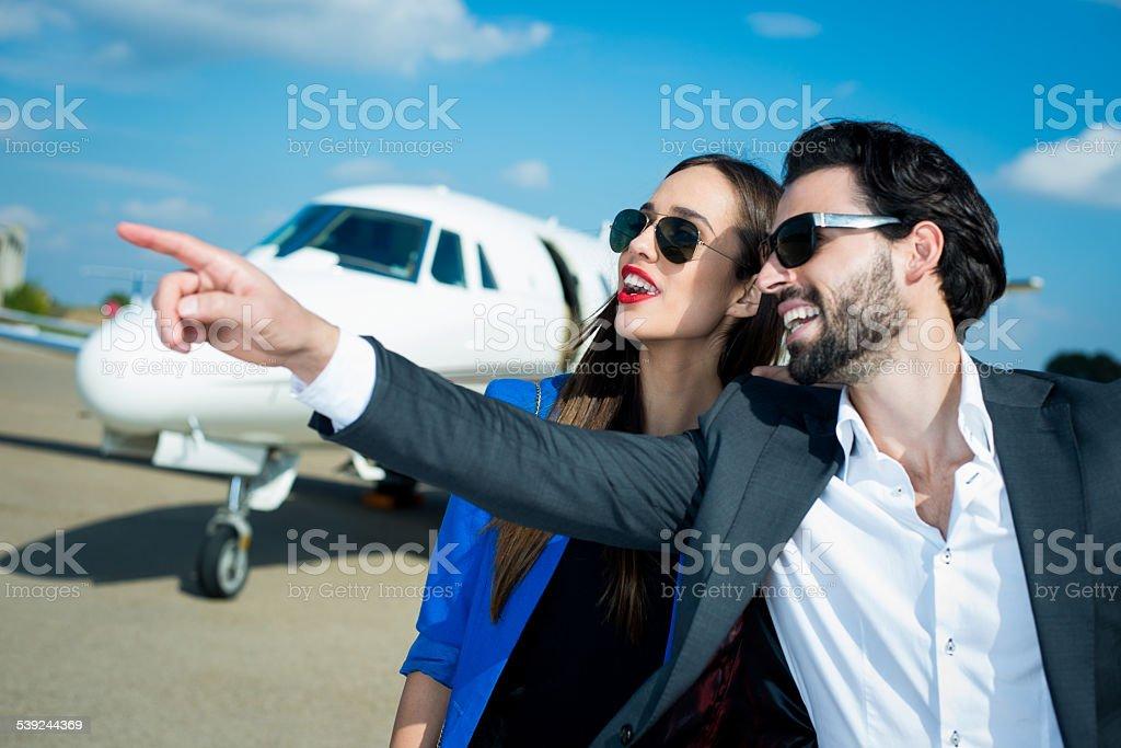 Pareja de negocios en el Aeropuerto de pista foto de stock libre de derechos