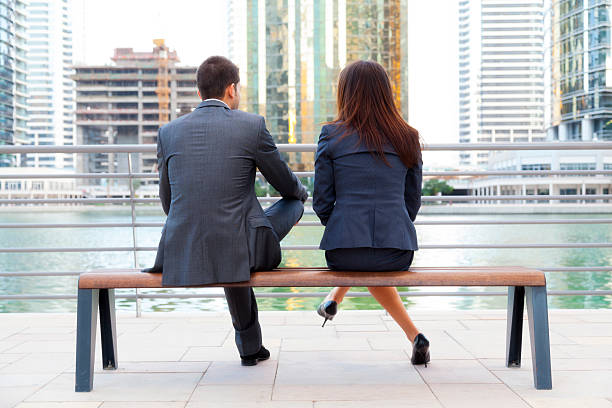 Business couple sitting on bench foto