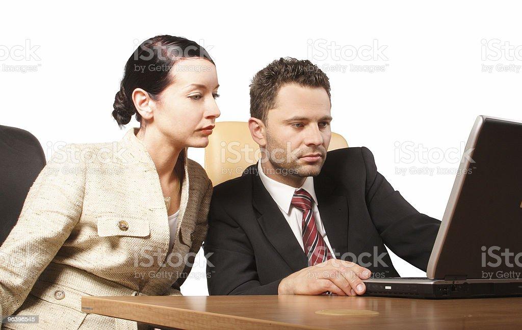 ビジネスオフィスで働くカップル - インターネットのロイヤリティフリーストックフォト