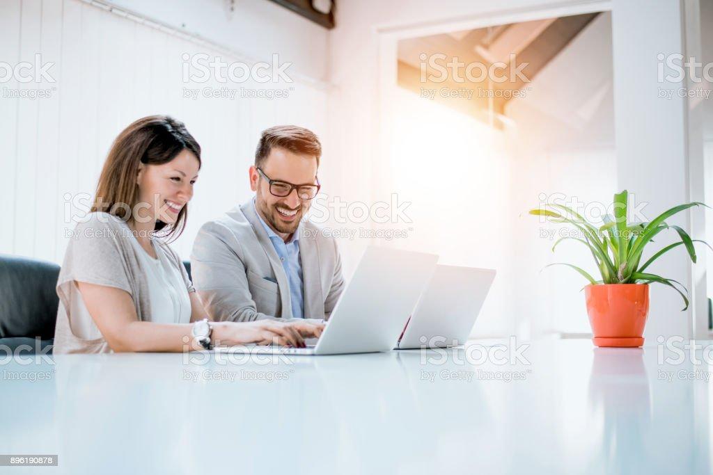Geschäft paar gemeinsam am Projekt moderne Start Büro. – Foto
