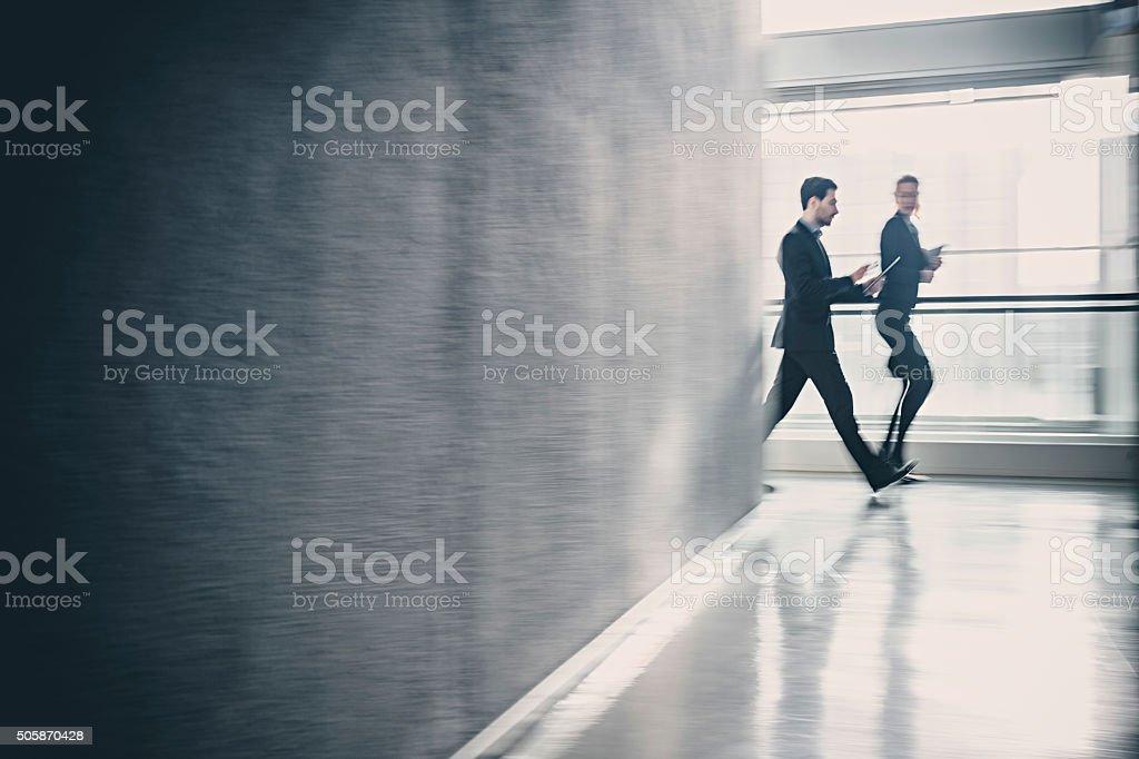 Business-Kollegen walking zusammen in office building – Foto
