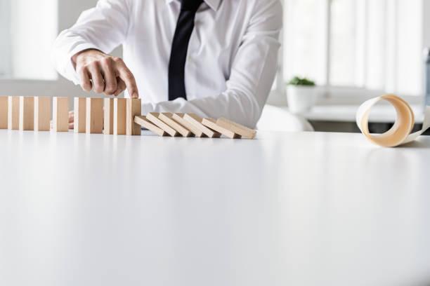 Wirtschaftskrisenmanager verhindert, dass Dominos zusammenbrechen – Foto