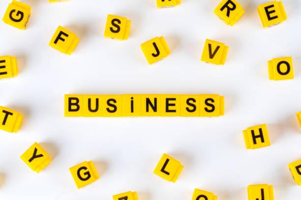 business-würfel mit weißen hintergrund isoliert wort - kreuzworträtsel lexikon stock-fotos und bilder