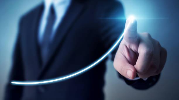 Desarrollo del negocio al éxito y creciente concepto de crecimiento anual de los ingresos, Businessman apuntando flecha gráfica plan de crecimiento futuro corporativo - foto de stock